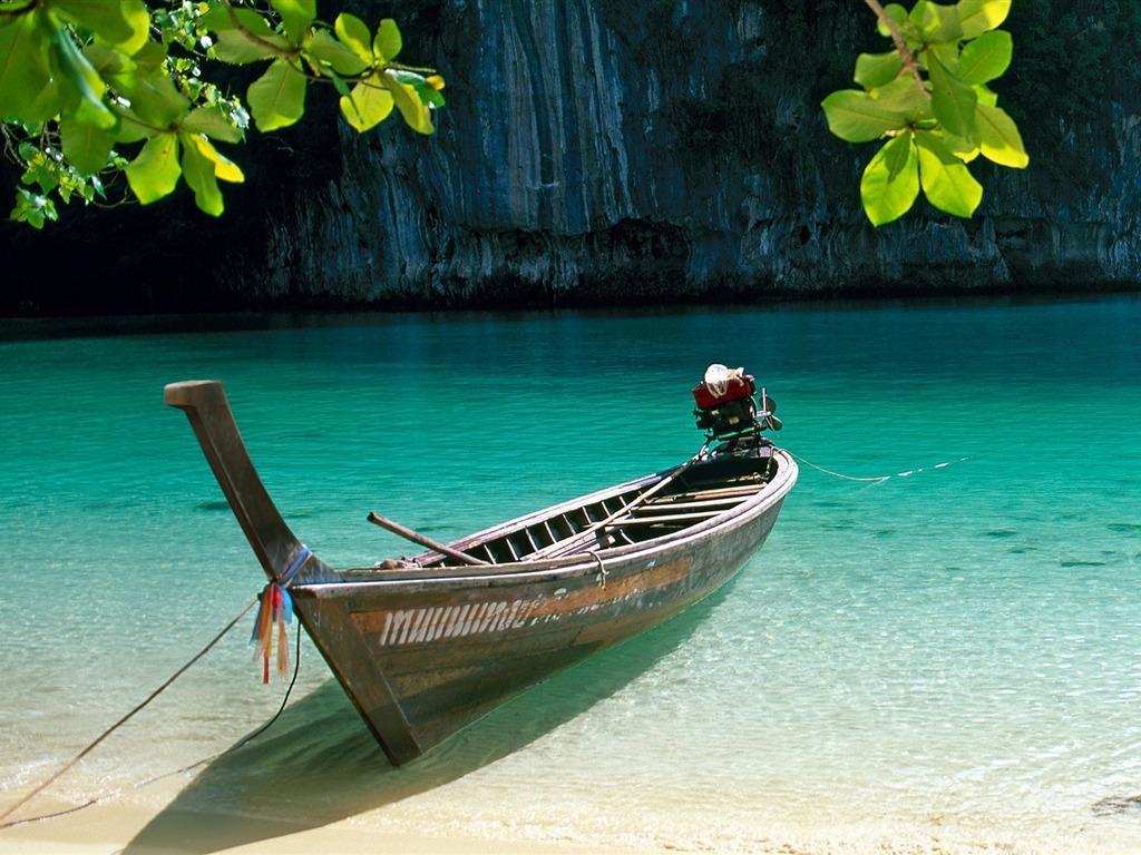 лодка прозрачная вода море