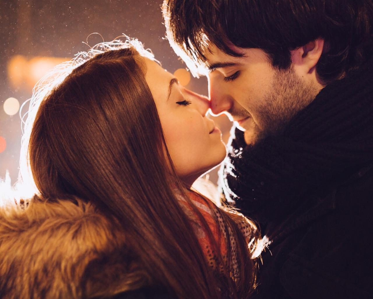 Фото девушек с целующемся парнем