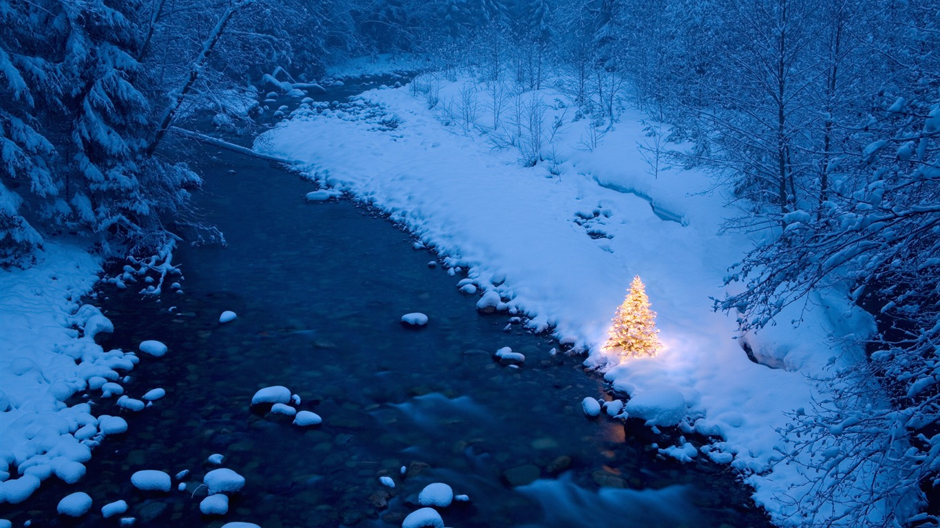 暖かい光の分布クリスマスツリーの壁紙の雪の小川プレビュー