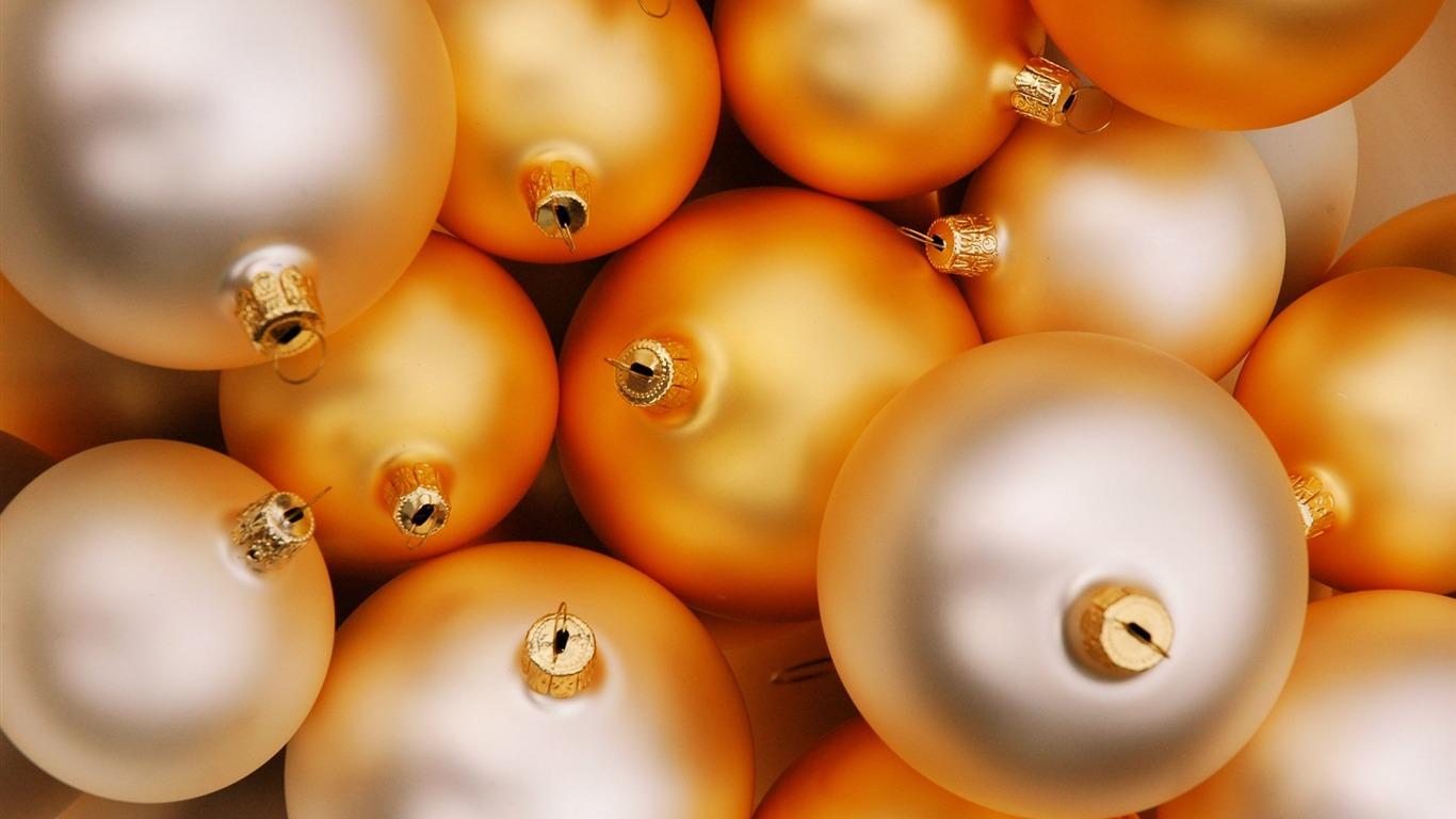 2013年白色情人节_圣诞节快乐-圣诞树装饰饰品彩球壁纸 20预览 | 10wallpaper.com
