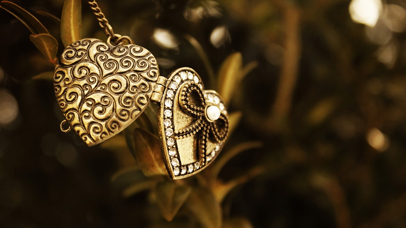 pendant_metal_heart_bead-Macro_HD_Wallpaper2014.2.2