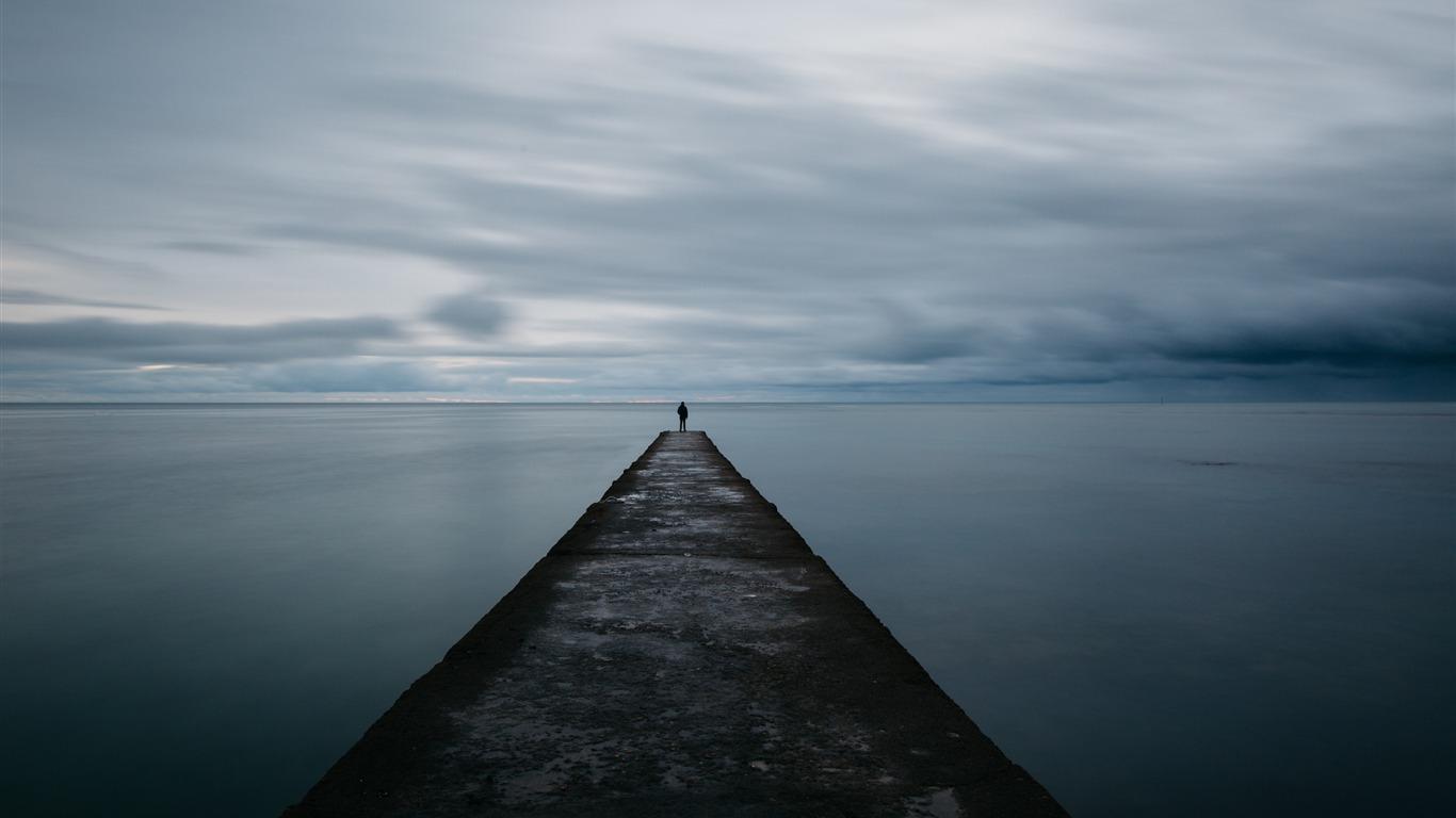 ブレイクウォーターの桟橋の男の海の孤独 高品質の壁紙プレビュー