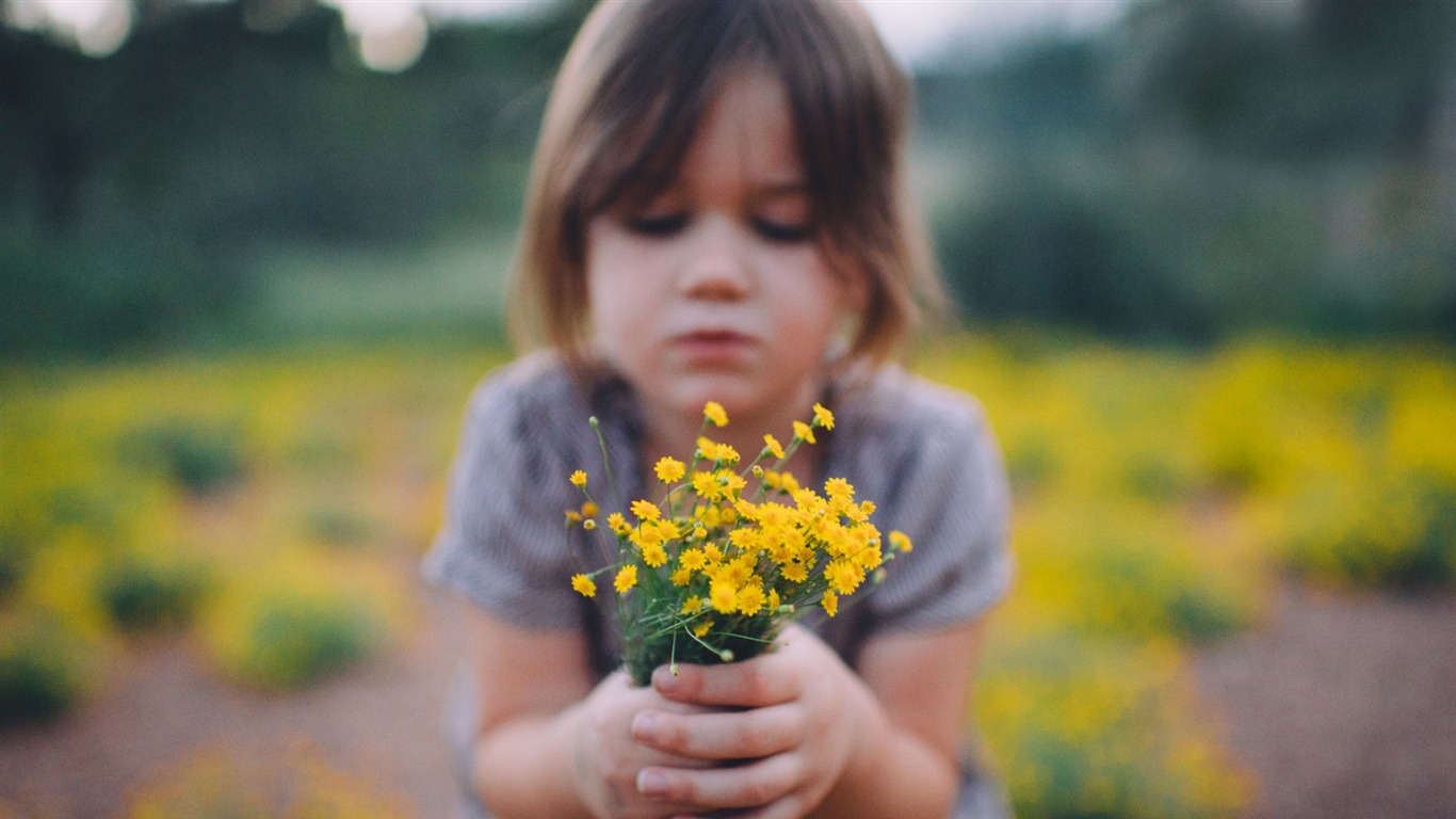 Little_girl_holding_yellow_wildflowers_2017_HD_Wallpaper2017.11.11