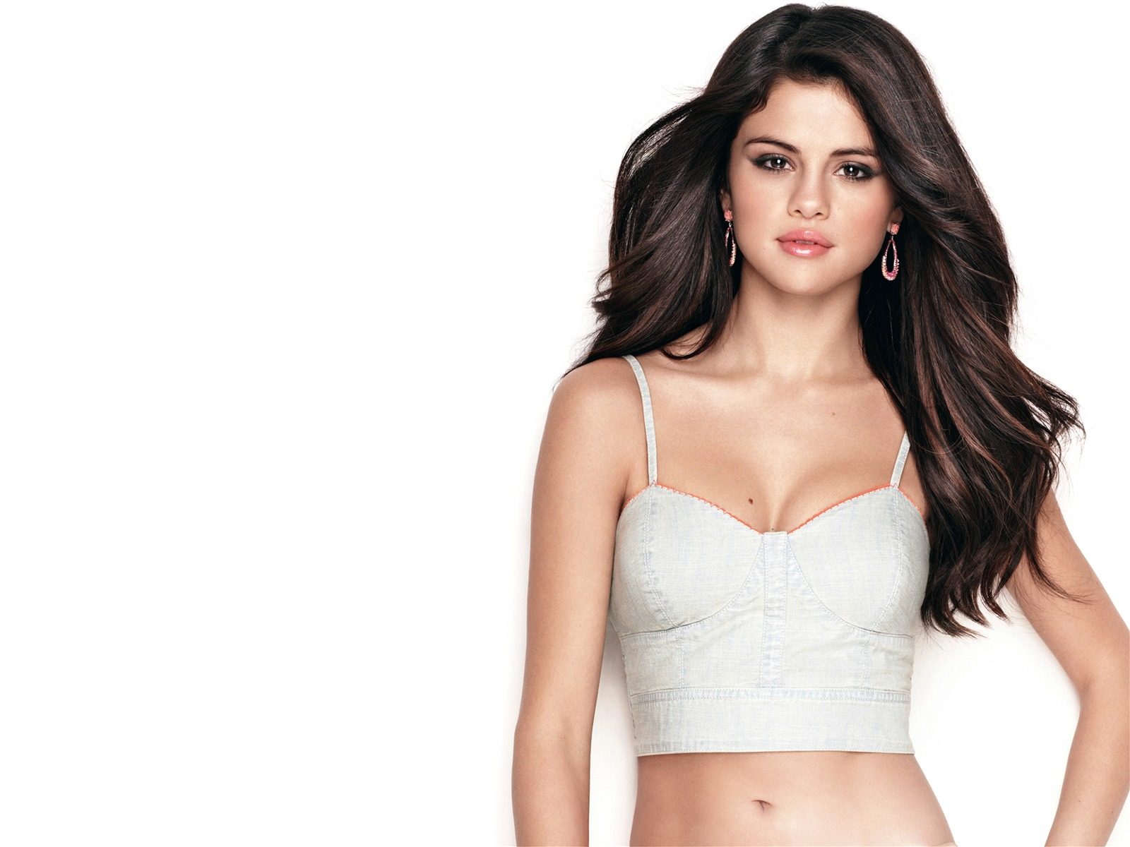 american actess and singer selena gomez Personal life of sexy american singer selena gomez wizards of waverly place actress selena gomez personal like is not many melodies as her songs, her parents divorced when she was five years old, and she stayed with her mother gomez has two siblings, her sister, gracie elliott tiffi, was born on 12 june 2013 in amanda and her second husband.