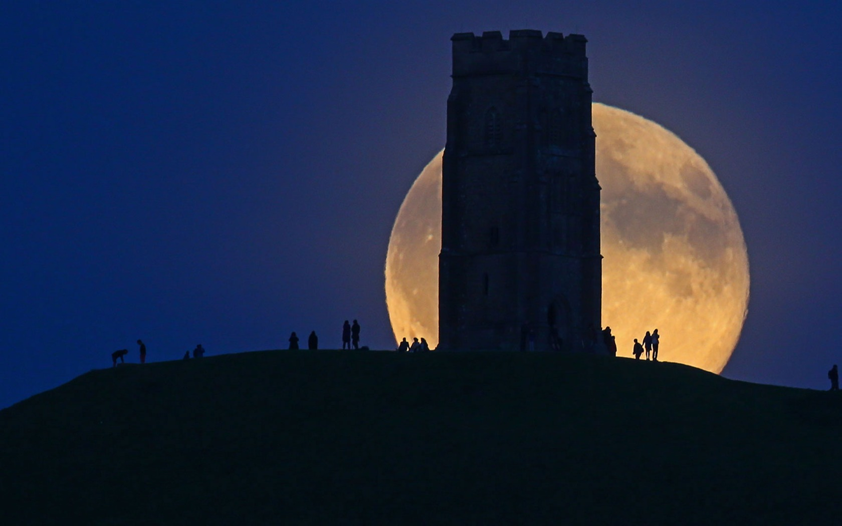 England The Moon Rises Over Glastonbury Tor 2017 Bing