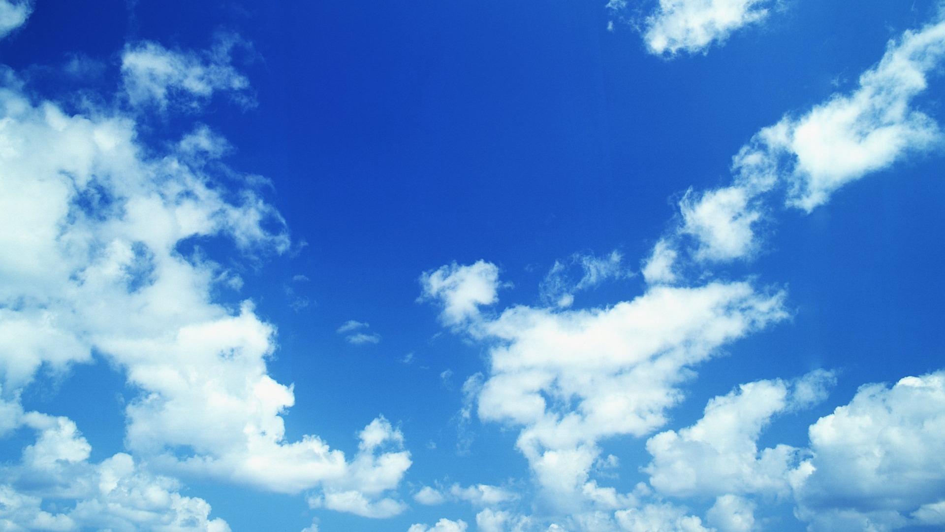 Синее небо с облаками фото