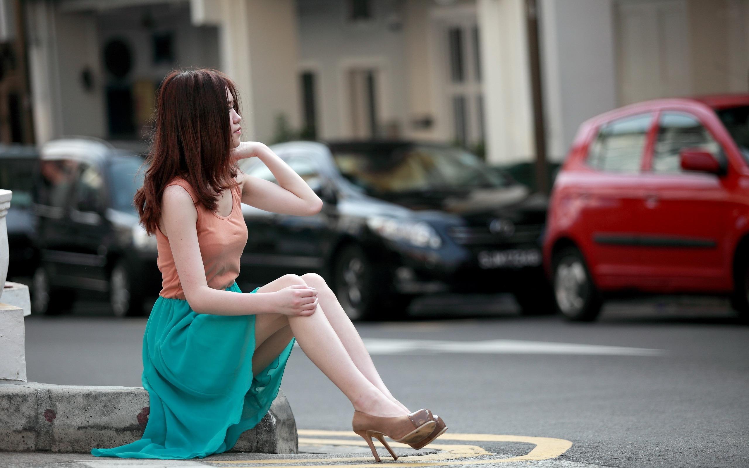 фото девушка в юбке на улице кончает