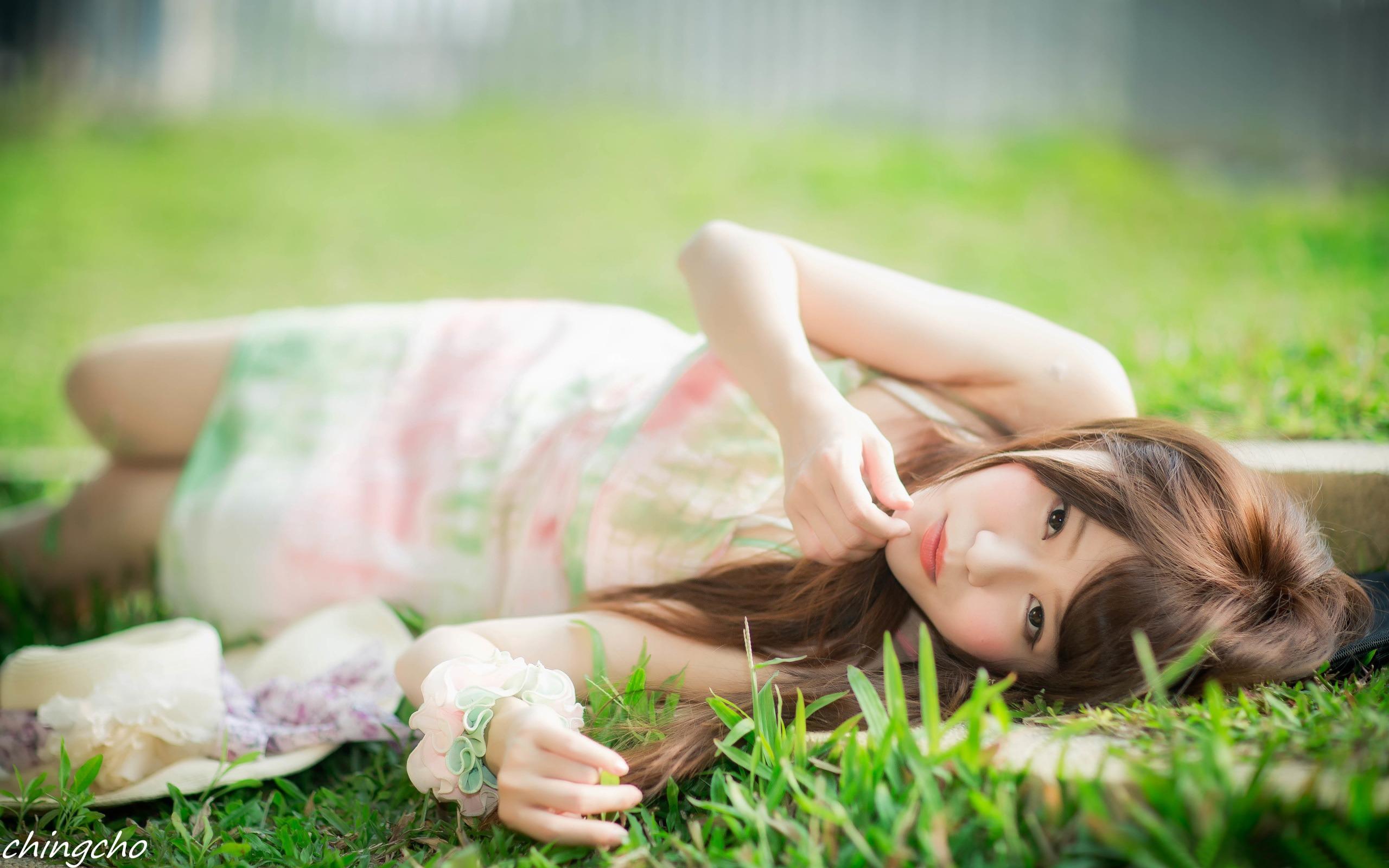 アジアのかわいい女の子草アウトドア モデル写真の壁紙プレビュー 10wallpaper Com