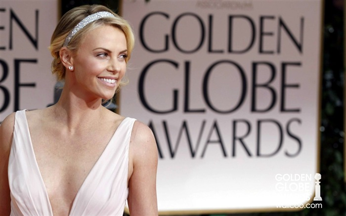 Charlize-Theron wallpaper sexy low cut to show Views:8051 Date:1/23/2012 12:45:30 AM