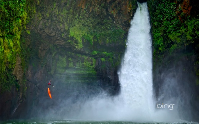 Men parachuted ready next to the Great Falls of Mexico-Bing Wallpaper Views:4583