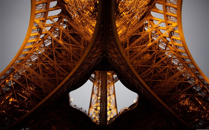 Another angle of Eiffel Tower-Life photography Wallpapers Views:6394