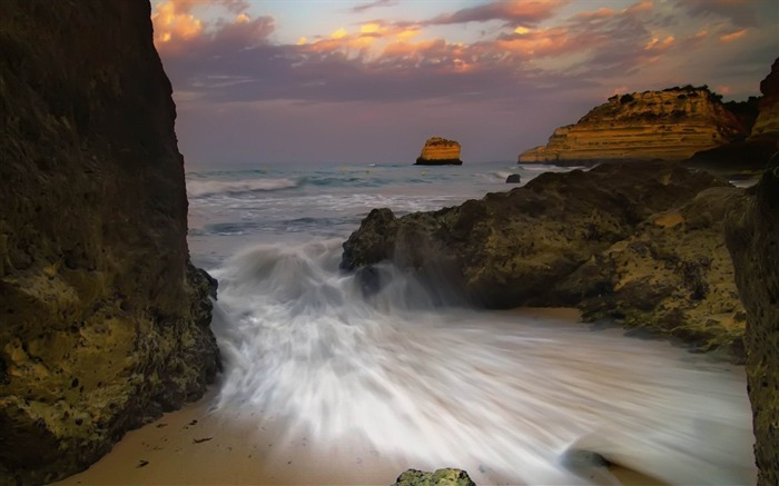 waves breaking-amazing natural scenery wallpaper Views:4628 Date:1/5/2013 10:46:35 PM