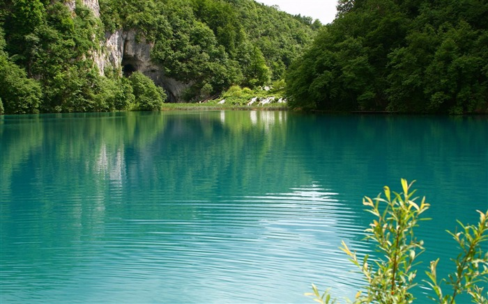 turquoise lake-Lakeside scenery HD wallpapers Views:20402 Date:2/6/2013 11:41:58 PM