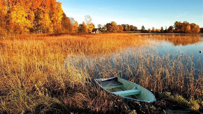 boat on a lake autumn-Nature HD Wallpaper Views:3108