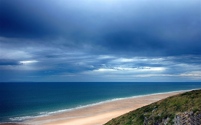 dark sky over a blue sea-Nature HD Wallpaper Views:4290
