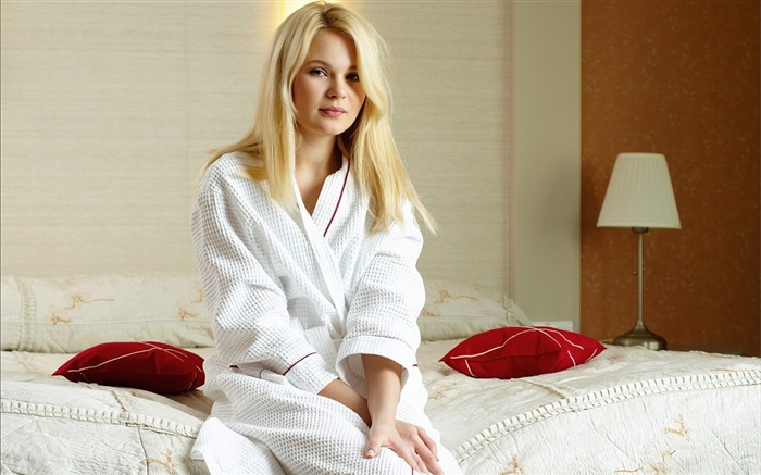 Blonde Beauty Bathrobe-Photo HD Wallpapers Views:4789 Date:11/2/2015 7:28:36 AM