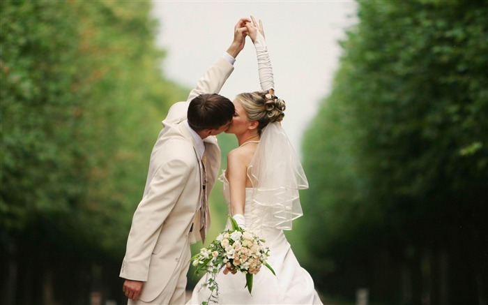 Groom couple kissing-HD Desktop Wallpaper Views:2095
