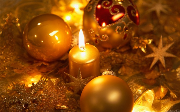 Golden candles and Christmas decorations-Windows 10 HD Wallpaper Views:2473