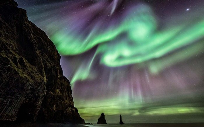 Aurora Dazzles Above Iceland-Universe Desktop Wallpaper Views:2369