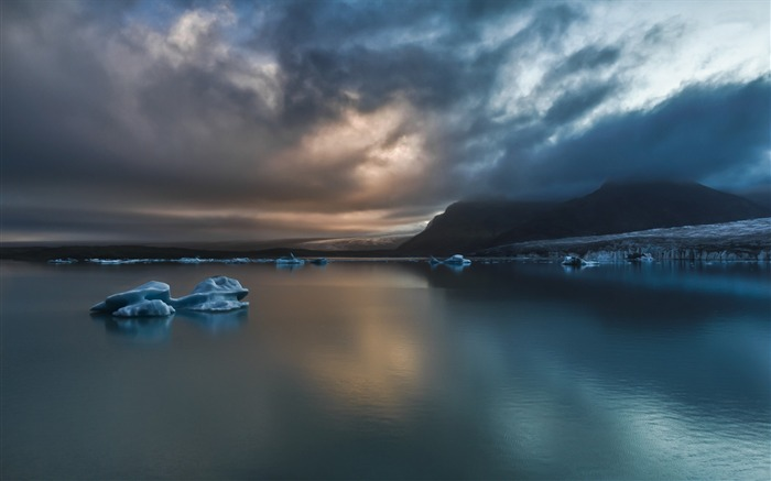 Calm icebergs-HDR Photo HD Wallpaper Views:1633
