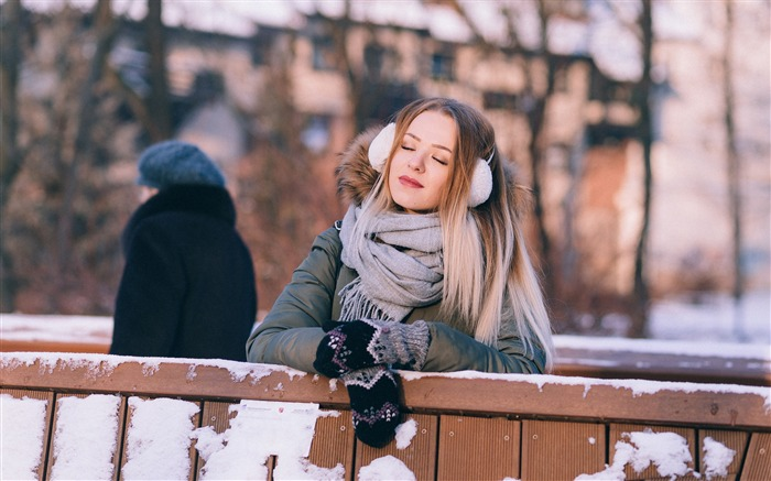 Winter to listen to music blonde beauty HD photo wallpaper Views:889
