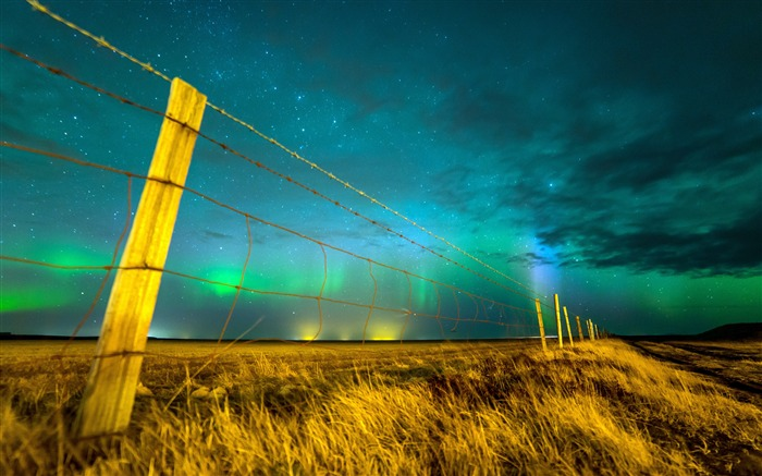 Northern lights sky Isolated fence Views:1330