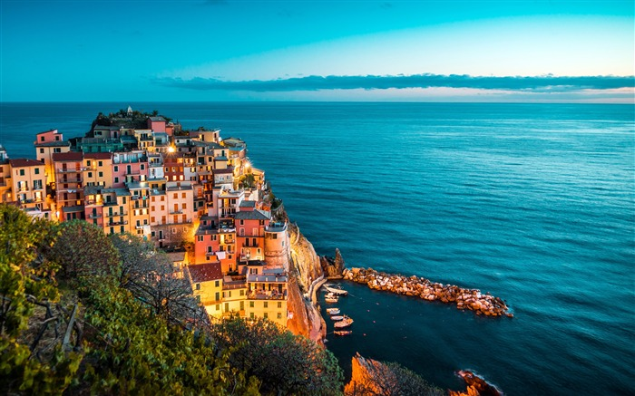 Italy ocean coast cliff port night view Views:6647 Date:10/21/2018 8:19:47 AM